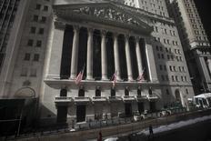 La Bourse de New York a ouvert sans grand changement vendredi pour la première séance du troisième trimestre, les investisseurs semblant vouloir marquer une pause après une semaine agitée et avant un week-end prolongé. Quelques minutes après le début des échanges, le Dow Jones gagne 0,06%, à 17.940,33. /Photo d'archives/REUTERS/Carlo Allegri
