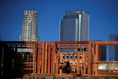 Un constructor trabajando en el centro de Los Ángeles, California. 10 de marzo de 2015. El gasto de Estados Unidos en construcción cayó en mayo por segundo mes consecutivo, después de registrar en abril su baja más acentuada en más de cinco años, un escenario que podría llevar a los economistas a recortar sus estimaciones para el crecimiento del segundo trimestre en el país. REUTERS/Lucy Nicholson