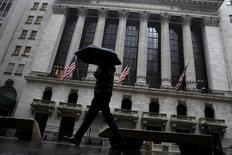 Прохожий идет мимо здания Нью-Йоркской фондовой биржи. Уолл-стрит растет в начале торгов четвертую сессию кряду в пятницу, так как усиление перспектив новых мер стимулирования со стороны центробанков всего мира улучшило настроения инвесторов.  REUTERS/Brendan McDermid