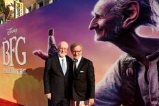 """Diretor Steven Spielberg (direita) e compositor John Williams durante evento de """"O Bom Gigante Amigo"""" em Los Angeles.    21/06/2016     REUTERS/Phil McCarten"""