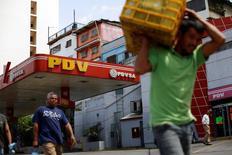 Una gasolinera de PDVSA en Caracas, jun 30, 2016. El precio de la cesta venezolana de crudo y derivados bajó a 39,75 dólares por barril (dpb) en la semana, empujado por el exceso de suministro global y la preocupación por la incertidumbre económica en Europa, informó el viernes el Ministerio de Petróleo.  REUTERS/Carlos Garcia Rawlins