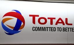 El gigante francés del petróleo Total ha presentado un arbitraje contra los términos de un contrato en Argelia, dijo el CEO Patrick Pouyanne el sábado. Imagen del logo de la francesa Total durante la junta de accionistas en Paris, en Francia, el 24 de mayo 2016. REUTERS/Charles Platiau