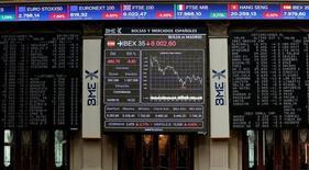 El Ibex-35 mostraba dudas al mediodía en una jornada que carecía de la referencia de Wall Street por festivo, mientras el mercado sigue analizando las expectativas de la situación británica tras la votación a favor de salir de la UE. En la imagen de archivo, pantalla electrónicas en la Bolsa de Madrid, el 24 de junio de 2016.  REUTERS/Andrea Comas