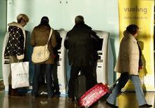 El gobierno regional de Cataluña dijo el lunes que ha convocado para esta tarde a directivos de la compañía de bajo coste Vueling por las cancelaciones y retrasos que han sufrido en los últimos días miles de pasajeros de la compañía ubicada en Barcelona. En la imagen de archivo, pasajeros delante de una máquina de autofacturación de Vueling en el aeropuerto de Barcelona, 30 de enero de 2012. REUTERS/Gustau Nacarino