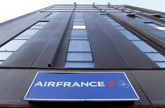 A l'inverse de la tendance vers 13h00, Air France-KLM, qui profite de la baisse des cours du pétrole, est en hausse (+3,05%). Au même moment, le CAC recule de 1,25% à 4.182,04. /Photo d'archives/REUTERS/Régis Duvignau