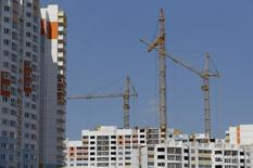 Строительные краны на объектах ПИК в Мытищах 3 июня 2015 года. Пик рецессии российского рынка недвижимости пройден, операционные показатели девелоперских компаний начнут улучшаться в 2017 году, сначала у специализирующихся на жилье, а следом улучшения коснутся компаний, занимающихся коммерческой недвижимостью, считают аналитики S&P. REUTERS/Maxim Shemetov
