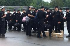 Российские военные ждут в аэропорту Калининграда перемещения на военную базу. Группа из примерно 20 военных в морской форме выстроилась в начале июля у аэропорта Калининграда, российского форпоста на Балтийском море, в ожидании автобуса, который отвезет их на базу.   REUTERS/Lidia Kelly