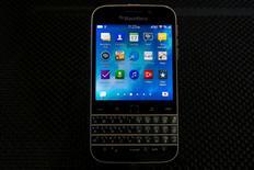 """El celular Blackberry Classic mostrado en su lanzamiento en Nueva York, Estados Unidos. 17 de diciembre de 2014. BlackBerry Ltd dejará de fabricar su teléfono avanzado Classic 18 meses después de su lanzamiento, en un esfuerzo por atraer a los usuarios que prefieren el teclado """"touch"""" en lugar del físico, dijo el martes la compañía canadiense. REUTERS/Brendan McDermid/File Photo"""