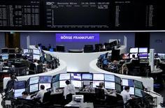 """Operadores trabajando en la bolsa alemana en Fráncfort, jun 24, 2016. Deutsche Boerse señaló que la sede central de un gigante bursátil europeo que sería creado mediante su fusión con London Stock Exchange Group podría tener que estar fuera de Reino Unido tras la votación a favor del """"Brexit"""".     REUTERS/Staff/Remote"""
