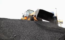 Un camión descargarndo carbón en el puerto de Santa Marta, Colombia, ago 16, 2013. El Índice de Precios al Productor (IPP) en Colombia subió un 0,91 por ciento en junio, en comparación con el mismo mes del año pasado, por un incremento de los costos en el sector de la minería, informó el martes el Departamento Nacional de Estadísticas (DANE).      REUTERS/Juliana Lopera