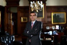 """El presidente del Banco Central de Chile, Rodrigo Vergara, posa para una fotografía en su oficina en Santiago. 5 de julio de 2016. El Banco Central de Chile conduce su política monetaria con un """"sesgo flexible"""" ante una inflación por encima del objetivo y un crecimiento económico limitado, lo que eventualmente podría retrasar aún más un alza de la tasa de interés, dijo el martes a Reuters el jefe del organismo. REUTERS/Pablo Sanhueza. SOLO PARA USO EDITORIAL. NO PARA REVENTA NI ARCHIVO"""