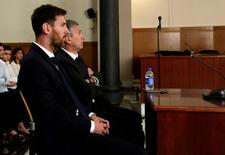 Barcelona's Argentine soccer player Lionel Messi (L) sits in court with his father Jorge Horacio Messi during their  trial for tax fraud in Barcelona, Spain, June 2, 2016. REUTERS/Alberto Estevez