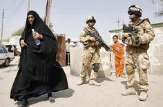 """Британские солдаты в Басре. 31 августа 2008 года. Решение Великобритании о вводе войск в Ирак в 2003 году имело """"отнюдь не удовлетворительную"""" правовую основу, а аргументы бывшего премьер-министра Тони Блэра в пользу вторжения были переоценены, говорится в докладе по итогам расследования причин участия Британии в конфликте. REUTERS/Atef Hassan"""