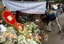 """Цветы на месте нападения боевиков на ресторан в Дакке. """"Исламское государство"""" предупредило, что будет наносить новые удары в Бангладеш и за пределами страны до установления верховенства шариата, сообщив в видеообращении, что убийство 20 человек в ресторане в Дакке было всего лишь намёком на то, что будет дальше.  REUTERS/Adnan Abidi"""
