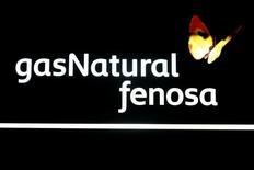 Gas Natural dijo el miércoles que su división chilena Gas Natural Fenosa (GNF) ha lanzado una opa sobre el 43,4 por ciento que aún no posee de su filial en ese país, Gas Natural Chile. En la imagen, el logo de Gas Natural dentro de la sede del grupo en Madrid, el 11 de mayo de 2016. REUTERS/Sergio Perez