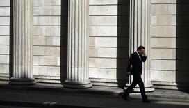Henderson Global Investors y Columbia Threadneedle Investments, propiedad de Ameriprise Financial, dijeron el miércoles que suspendían temporalmente actividades de fondos inmobiliarios en Reino Unido valorados en 3.900 millones de libras y 1.390 millones de libras, respectivamente. En la imagen, un hombre habla por teléfono fuera del Banco de Inglaterra, en Londres, el 5 de julio de 2016. REUTERS/Dylan Martinez