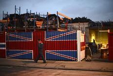 La producción industrial británica se expandió a su ritmo más rápido en seis años durante los tres últimos meses hasta mayo, lo que sugiere que el sector se encaminaba a contribuir al crecimiento económico antes de la decisión de Reino Unido de abandonar la Unión Europea. En la imagen de archivo, un hombre pasea junto a un depósito de chatarra al este de Londres, el 25 de enero de 2013. REUTERS/Paul Hackett