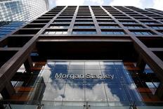 Штаб-квартира Morgan Stanley в финансовом центре Лондона. Четыре американских инвестиционных банка пообещали министру финансов Великобритании Джорджу Осборну помочь Лондону сохранить звание глобального финансового центра после того как страна решила покинуть ЕС на референдуме в конце июня.   REUTERS/Russell Boyce
