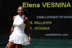 Serena Williams durante partida contra russa Elena Vesnina em Wimbledon.   07/07/2016    REUTERS/STEFAN WERMUTH