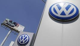 El logo de Volkswagen en la planta de la compañía en Puebla, México, sep 23, 2015. La producción de vehículos de México aumentó un 4.1 por ciento en junio a tasa interanual, mientras que las exportaciones subieron un 1.8 por ciento en el mes, por una mayor demanda de Estados Unidos, dijo el jueves la principal agrupación del sector.  REUTERS/Imelda Medina