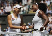 Tenista russa Elena Vesnina (E) cumprimenta norte-americana Serena Williams após partida em Wimbledon 07/07/2016 REUTERS/Justin Tallis/Pool