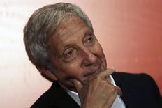 L'homme d'affaires brésilien Abilio Diniz, troisième actionnaire de Carrefour, déclare qu'il n'entend pas relever sa participation de 8,05% dans le capital du groupe français de distribution. /Photo d'archives/REUTERS/Nacho Doce