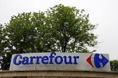 Carrefour, à suivre vendredi à la Bourse de Paris. L'homme d'affaires brésilien Abilio Diniz, troisième actionnaire du groupe de distribution, n'entend pas relever sa participation de 8,05% dans le capital. /Photo prise le 2 juin 2016/REUTERS/Jacky Naegelen