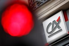 Crédit Agricole gagne vendredi 4,54%, signant la plus forte hausse du CAC 40, à la Bourse de Paris à la mi-séance. Le titre profite du rebond des valeurs bancaires qui avaient été malmenées en début de semaine. L'indice vedette parisien progresse de son côté de 0,92% à 4155,85 points à 13h00. /Photo d'archives/REUTERS/Stéphane Mahé