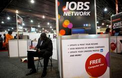 Una persona buscando empleo llenando un formulario en una feria de trabajos en Filadelfia, Estados Unidos. 25 de julio de 2013. El crecimiento del empleo en Estados Unidos probablemente se recuperó en junio, luego de que los trabajadores de Verizon en huelga volvieron a trabajar y los salarios habrían crecido de manera estable, en una señal adicional de que la economía recuperó el impulso tras un primer trimestre apagado. REUTERS/Mark Makela/File Photo