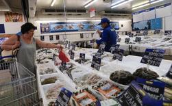 Отдел рыбы и морепродуктов в магазине Metro Cash and Carry в Москве. 8 августа 2014 года. Индекс потребительской уверенности, отражающий совокупные потребительские ожидания населения, во втором квартале 2016 года по сравнению с первым кварталом повысился на 4 процентных пункта до минус 26 процентов, сообщил Росстат. REUTERS/Maxim Shemetov