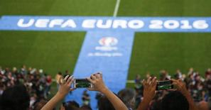 Unos fanáticos toman fotos antes del inicio del partido entre Alemania y Francia, en Marsella, Francia. 7 de julio de 2016. Los ingresos por la Eurocopa de Francia aumentaron en un 34 por ciento a 1.930 millones de euros (2.130 millones de dólares) en comparación con los del torneo del 2012, informó el viernes el órgano regulador del fútbol europeo, la UEFA. REUTERS/Eric Gaillard