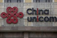 El gigante de telecomunicaciones español Telefónica SA ha sacado a la venta el 1,5 por ciento de China Unicom (Hong Kong) Ltd, el segundo proveedor de servicios de telecomunicaciones de China, por un precio de hasta 367 millones de dólares, según una hoja de términos vista por IFR el sábado.  En la imagen, el logotipo de China Unicom'  en su sede de Pekín, China, el 21 de abril de 2016. REUTERS/Kim Kyung-Hoon