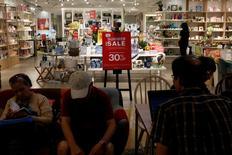 La inflación del consumidor de China creció en junio a su menor ritmo desde enero porque cedieron los incrementos en los precios de los alimentos, mientras que los precios al productor extendieron su caída, reforzando la visión de que serán necesarios más estímulos del Gobierno para apoyar a la economía. En la imagen, gente en una tienda en Hong Kong, China, el 17 de junio de  2016.      REUTERS/Bobby Yip