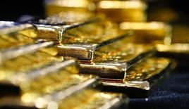 Слитки золота на заводе 'Oegussa' в Вене. 18 марта 2016 года. Золото подешевело в понедельник, так как сильные данные о рынке труда США и перспективы усиления денежных стимулов со стороны некоторых центробанков вдохнули жизнь в фондовые рынки, а доллар вырос по отношению к корзине валют. REUTERS/Leonhard Foeger