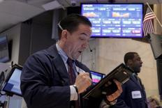 Трейдеры на фондовой бирже в Нью-Йорке. 29 февраля 2016 года. Фондовые рынки США начали торги понедельника на положительной территории, при этом индекс S&P 500 при открытии обновил внутридневной максимум, поскольку ежемесячный отчет о занятости укрепил уверенность инвесторов в американской экономике. REUTERS/Brendan McDermid