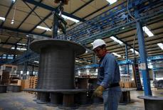 Un trabajador en la planta de acero inoxidable de TIM, en Huamantla, México. 11 de octubre de 2013. México anunció el lunes que extendió por cinco años más, desde mayo de 2015, la vigencia de cuotas compensatorias a las importaciones de tubería de acero al carbono con costura longitudinal recta originarias de Estados Unidos, para evitar que dañen la producción local. REUTERS/Tomas Bravo/File Photo