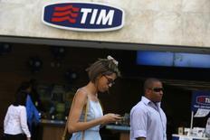Personas caminan frente a una tienda de Telecom Italia Mobile (TIM) en el centro de Río de Janeiro, Brasil. 20 de agosto de 2014. La empresa brasileña TIM Participações despidió a 1.700 empleados de su centro de atención telefónica, dijeron el lunes representantes del sindicato, lo que destaca los esfuerzos de la compañía por reducir costos en medio de la peor recesión en el país en décadas. REUTERS/Pilar Olivares