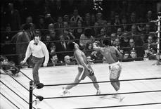 Joe Frazier acerta Muhammad Ali em luta em Nova York. 8/3/1971.  Action Images / MSI