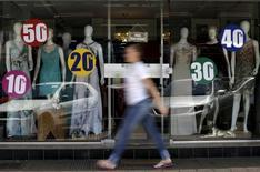 Una tienda con anuncios de descuentos en Brasilia, sep 25, 2015. Las ventas minoristas de Brasil cayeron inesperadamente en mayo debido a que el creciente desempleo siguió perjudicando el consumo, mostraron el martes datos del Gobierno que sugieren que a la mayor economía sudamericana le llevará más tiempo salir de su peor recesión en décadas.  REUTERS/Ueslei Marcelino