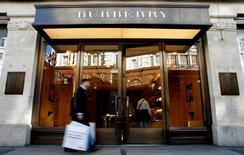 Burberry annonce un recul de 3% de ses ventes à périmètre comparable au cours d'un premier trimestre. /Photo d'archives/REUTERS/Alessia Pierdomenico
