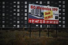 El abogado general del Tribunal de Justicia de la UE dijo el miércoles que la decisión de la justicia española de limitar temporalmente las devoluciones en las llamadas cláusulas suelo de la hipotecas se ajusta al derecho comunitario. En la imagen, un cartel que anuncia un bloque de vivienda en venta a las afueras de Madrid, el 7 de diciembre de 2012. REUTERS/Susana Vera