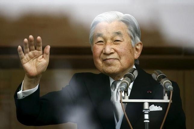 7月13日、NHKなどの国内メディアによると、天皇が生前に皇太子へ譲位する「生前退位」の意向を宮内庁の関係者に示していることが分かった。昨年12月撮影(2016年 ロイター/Thomas Peter)