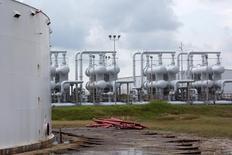 En la imagen, un tanque de almacenamiento de crudo en la Reserva Estratégica de Petróleo en Freeport, Texas, Estados Unidos. 9 de junio, 2016. El exceso global de petróleo no se está reduciendo y actúa como un factor importante que debilita los precios del crudo, a pesar de un robusto crecimiento de la demanda y fuertes caídas en la producción fuera de la OPEP, dijo el miércoles la Agencia Internacional de Energía. REUTERS/Richard Carson