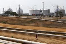 En la imagen, un trabajador petrolero camina cerca a oleoductos en un complejo industrial de la estatal venezolana PDVSA en el estado de Anzoategui. 15 de abril, 2015. La producción de petróleo de Venezuela se encamina a una reducción de cerca de una décima parte este año debido a los cortes de energía, una crisis de liquidez y la caída en la actividad de las firmas extranjeras de servicios petroleros, dijo el miércoles la Agencia Internacional de Energía. REUTERS/Carlos Garcia Rawlins