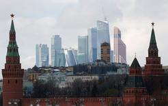 Le Kremlin et le centre d'affaires moscovite. Le Fonds monétaire international a dit mercredi prévoir une contraction de 1,2% du produit intérieur brut (PIB) de la Russie cette année, soit une légère amélioration par rapport à sa précédente prévision de mai qui anticipait un recul de 1,6%. /Photo prise le 27 fevrier 2016/REUTERS/Grigory Dukor