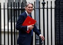 Philip Hammond asumió el miércoles el cargo de nuevo ministro de Finanzas de Reino Unido, poniéndose al frente de la quinta mayor economía del mundo en un momento en que está en riesgo de caer en un recesión, después de que los votantes decidieron el mes pasado salir de la Unión Europea. En la imagen, Philip Hammond llega a una reunión del Consejo de Ministros en el número 10 de Downing Street en Londres, Reino Unido, el 5 de julio de 2016. REUTERS/Peter Nicholls/Files