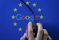 El regulador de Competencia de la UE presentó cargos el jueves contra Google de Alphabet Inc por evitar que sus rivales compitan contra la compañía en el lucrativo mercado de publicidad en los motores de búsqueda, el tercer cargo que abre a la compañía. En la imagen ilustrativa, una mujer mueve un ratón sobre un logo de Google y una bandera de la Unión Europea, el 15 de abril de 2015.  REUTERS/Dado Ruvic/Illustration