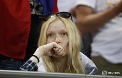 Болельщица сборной России на матче против Уэльса на чемпионате Европы в Тулузе 20 июня 2016 года. Провалившая чемпионат Европы по футболу сборная России откатилась на девять строчек в рейтинге сильнейших национальных команд мира по версии ФИФА и теперь занимает 38-е место, свидетельствует обновленная версия рейтинга, опубликованная в четверг. REUTERS/Sergio Perez