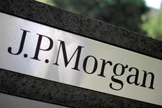 La foto de archivo muestra el logotipo de la compañía JPMorgan Chase (JPM), en una instalación de Los Ángeles. JPMorgan Chase & Co reportó el jueves una ganancia levemente menor en el segundo trimestre, pero mayor a la prevista por analistas, gracias al aumento de préstamos y un férreo control de costos sobre gastos operacionales. REUTERS/Lucy Nicholson/File Photo
