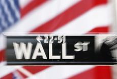 La Bourse de New York a ouvert en hausse jeudi, poursuivant sa marche de record en record, après les résultats financiers meilleurs qu'attendu du géant bancaire JPMorgan Chase & Co.  Quelques minutes après le début des échanges, le Dow Jones gagne 130,39 points, soit 0,71%, à 18.502,51. /Photo d'archives/REUTERS/Lucas Jackson